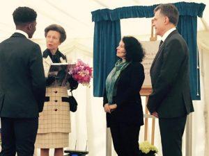 La Princesse Anne devant la plaque commémorative avec le livre du 100ème anniversaire
